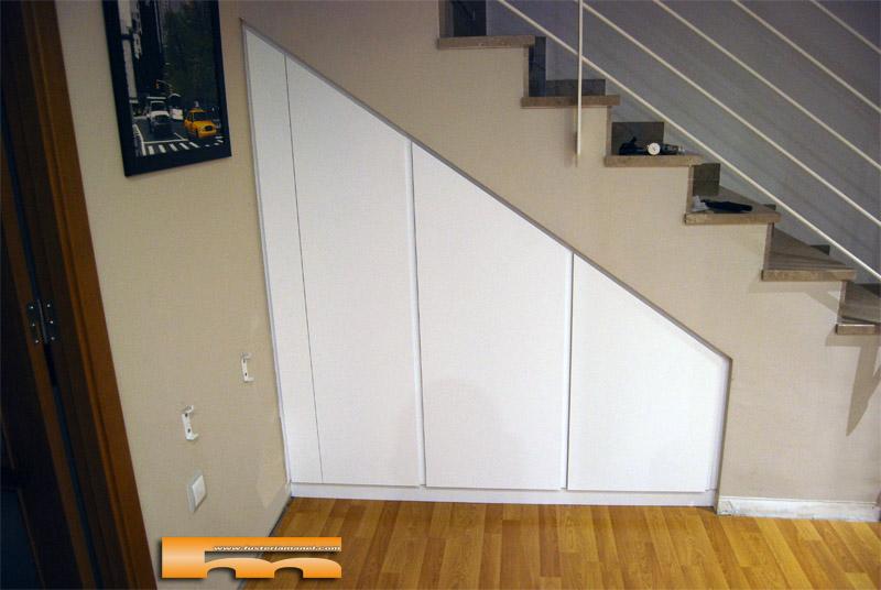 Armario a medida bajoescalera terrassa daniel for Closet en escaleras