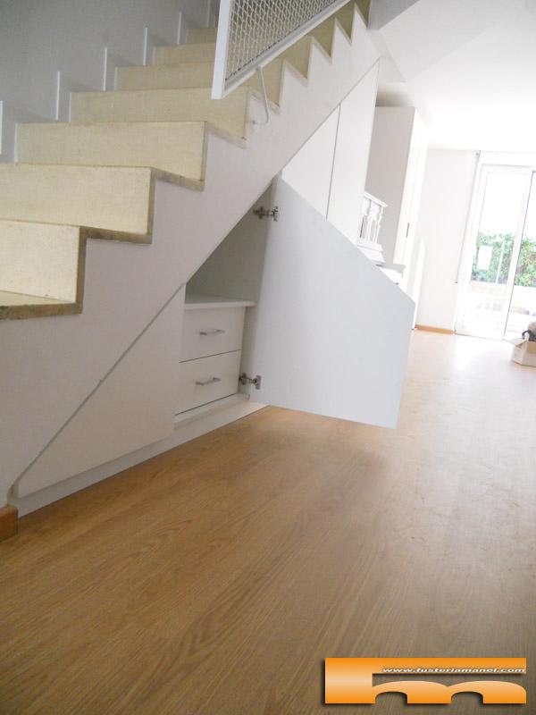 Armario a medida abuhardillado bajo escalera barcelona for Muebles de madera para debajo de la escalera