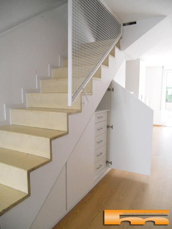 Armario a medida abuhardillado bajo escalera barcelona for Cama bajo escalera
