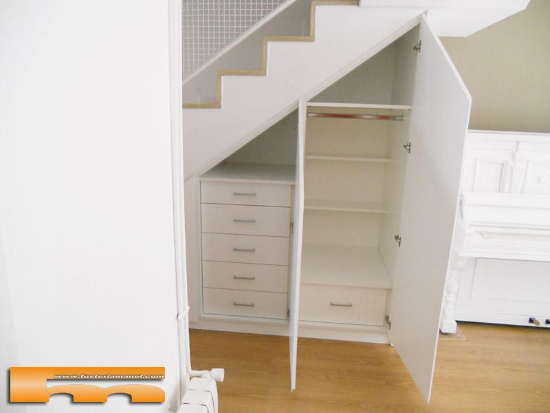 Armario a medida abuhardillado bajo escalera barcelona for Closet en escaleras