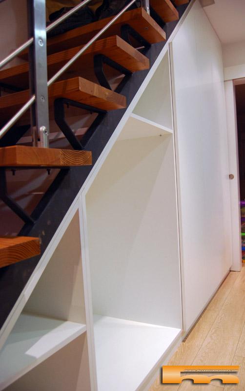 Armario a medida bajo escalera xavier barcelona for Cama bajo escalera