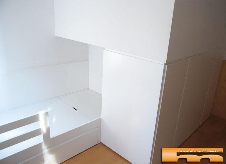 Habitaci n infantil cama y armario bajo escalera domenec - Escalera cama infantil ...