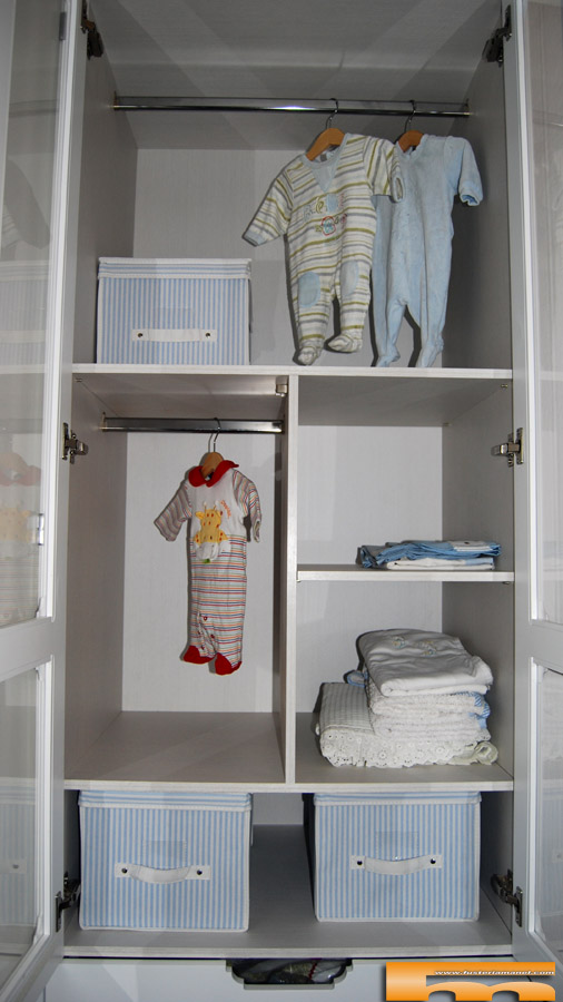 armario infantil a medida empotrador lacado con cristal y cortina diseo interior with interiores de armarios a medida