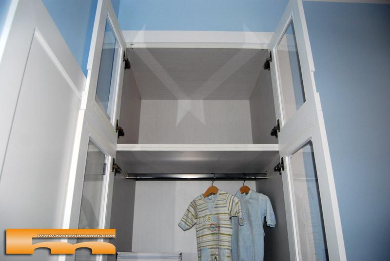 armario infantil a medida empotrador lacado con cristal y cortina diseo interior altillo with armario empotrado a medida