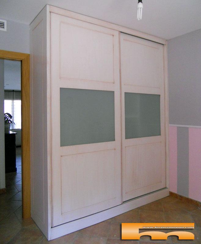 Armario a medida puertas correderas lacado decap con cristal y moldura rellinars isa - Armarios de esquina a medida ...