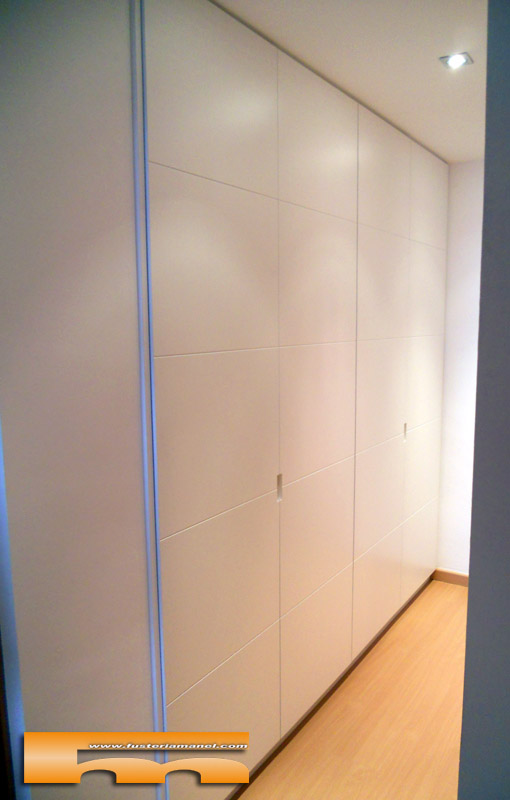 Armario a medida pasillo lacado con relieve sant just for Papel pintado para puertas
