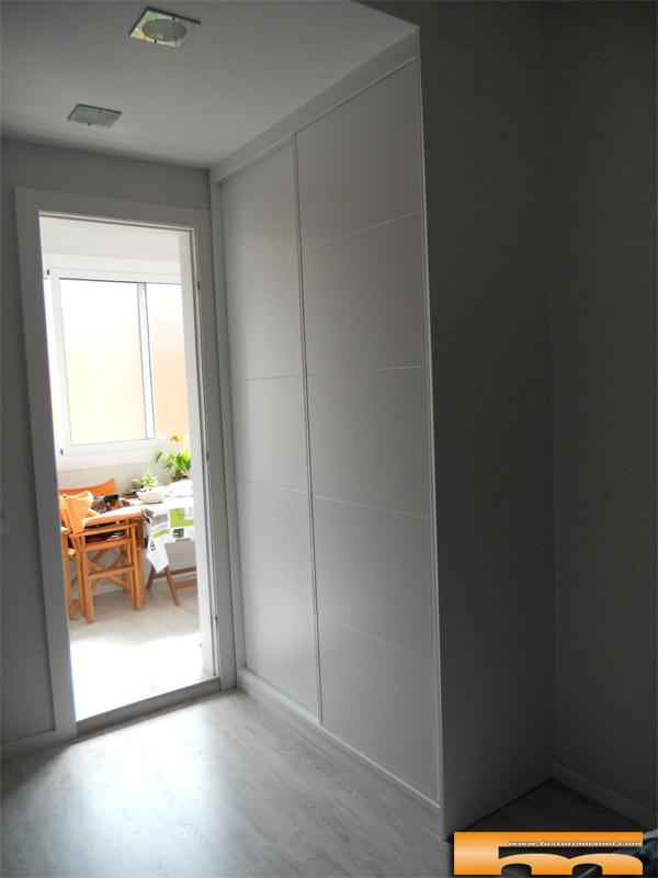 Armario a medida lacado puertas correderas barcelona for Puerta corredera castorama armario a medida