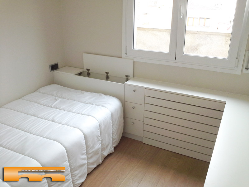 Mueble cabezal y armario en habitaci n a medida juvenil for Escritorio habitacion juvenil