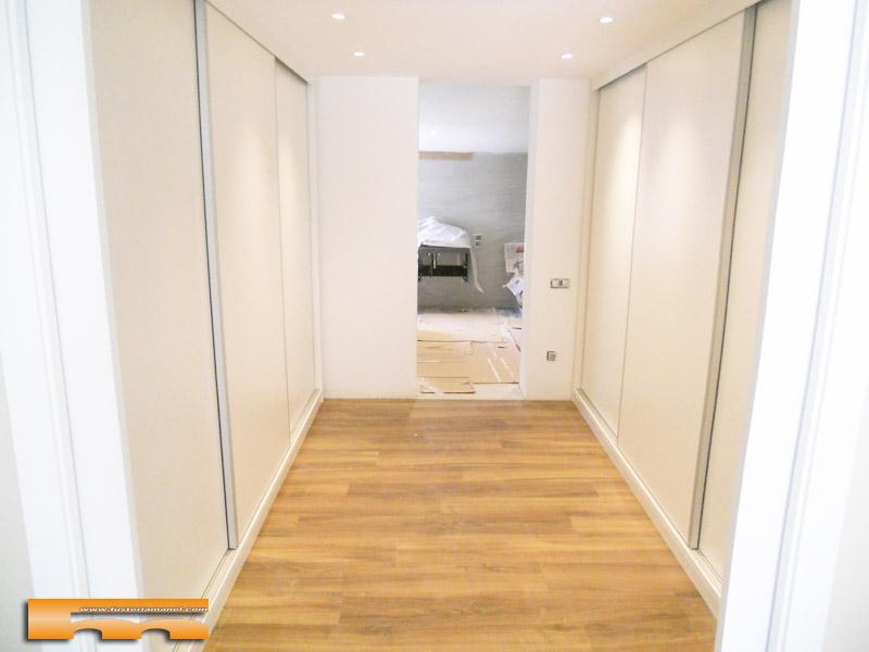 Vestidor a medida bajo escalera p correderas cerdanyola for Armarios habitacion puertas correderas