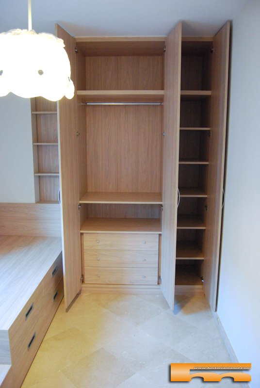 Habitaci n infantil compartida armario y camas compacta y for Medidas cama compacta