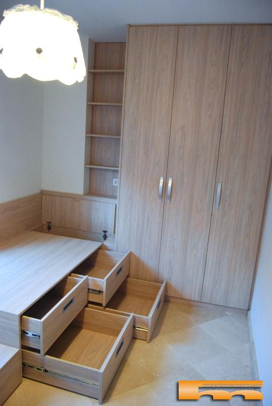 Habitaci n infantil compartida armario y camas compacta y for Habitacion cuadruple barcelona