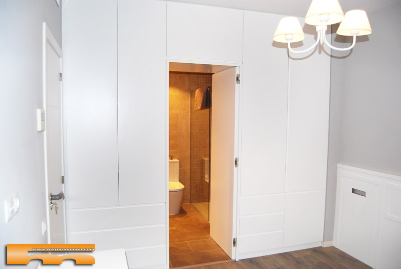 Armario a medida lacado separador ba o dormitorio principal clara barcelona - Armarios para cuartos de bano ...