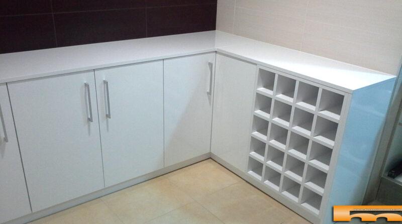 Mueble esquinero cocina a medida con botellero 1 Montse Vilassar Barcelona