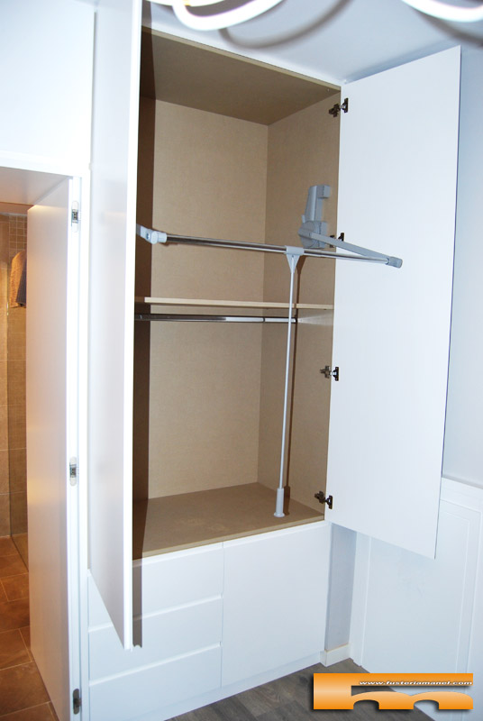 armario_vestidor_baño_puerta_separador_a_medida_lacado_Barcelona_Clara_colgador_basculante