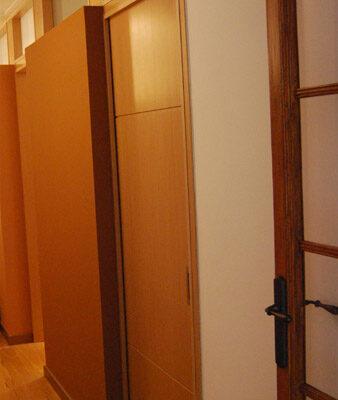 Puerta a medida roble hendidura horizontal Barcelona