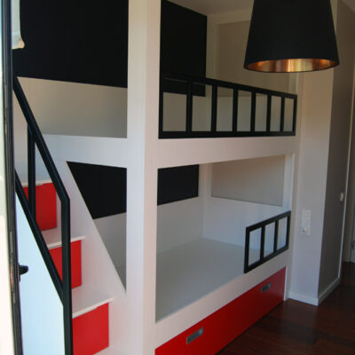 litera_infantil_escalera_lateral_diseño_rojo_negro_blanco