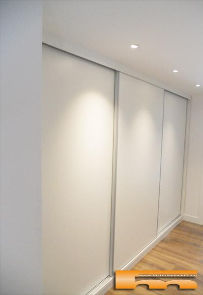 vestidor a medida bajo escalera puertas correderas doble fondo cerdanyola marta