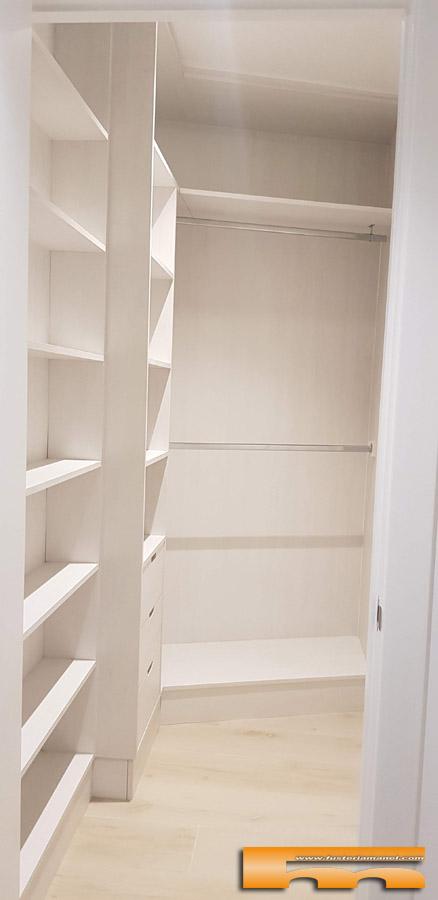 Vestidor sin puertas a medida con paredes de ángulo abierto a medida Carla Sant Cugat Vallès