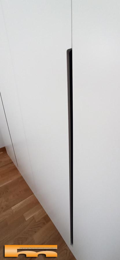 frontal armario lacado blanco con tirador rebajado en negro detalle Javier Sant Cugat del Valles