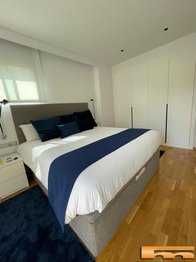 habitacion-matrimonio-decoracion-frontal-armario-lacado-blanco-con-tirador-rebajado-en-negro-Javier-Sant-Cugat-del-Valles. 1